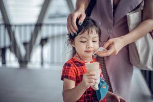 ritratto di ragazza asiatica carina a mangiare il gelato all'aperto