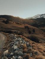 montagna rocciosa sotto il cielo blu durante il giorno