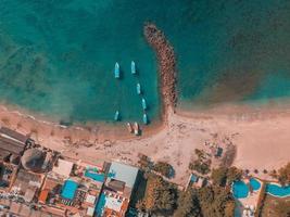 barche a riva durante il giorno foto