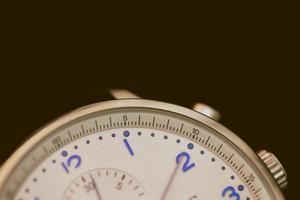 foto del primo piano dell'orologio cronografo grigio