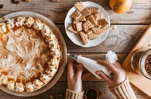 disposizione piatta della decorazione di una torta