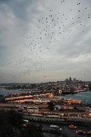 skyline della città sotto il cielo grigio durante il giorno