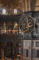 istanbul, turchia 2020-turisti si riuniscono presso la torre dell'orologio di ayasofya, alias hagia sophia