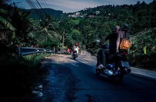 persona che guida lo scooter durante il giorno
