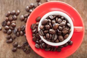 vista dall'alto di chicchi di caffè in una tazza