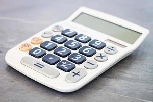 calcolatrice su un tavolo foto