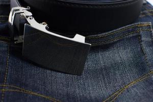 dettaglio dei jeans con il primo piano di cintura in pelle nera