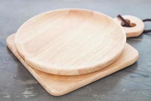 piatto di legno su un tagliere foto