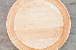 primo piano di un piatto di legno foto