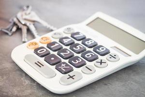 calcolatrice con tasti su sfondo grigio foto