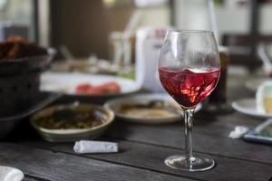 bicchiere di vino sul tavolo all'ora di pranzo