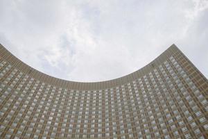 mosca, russia, 2020 - moderno edificio in cemento grigio