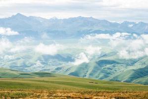 fotografia aerea di montagna durante il giorno foto