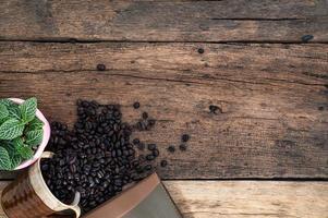 scrivania in legno con chicchi di caffè