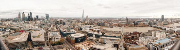 panorama di una città con grattacieli foto