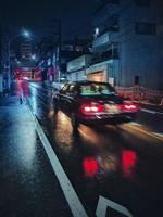 portogallo, 2020 - una lunga esposizione di un'auto su una strada di notte foto