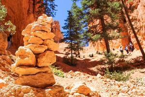 parco nazionale di bryce canyon, utah, 2020 - persone che fanno escursioni in una valle