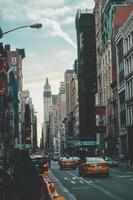 new york city, new york, 2020 - strada trafficata della città