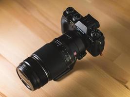 stati uniti, 2020 - fotocamera reflex digitale nera su pavimento in legno