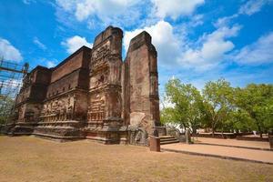 antiche rovine del tempio di lankathilaka a polonnaruwa, sri lanka