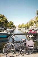 amsterdam, paesi bassi, 2020 - bici parcheggiata su un ponte
