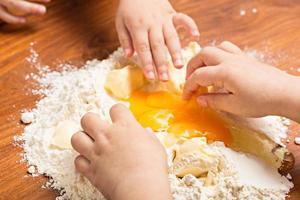 bambini che cuociono i biscotti