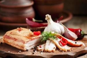 pancetta affumicata, aglio, peperoncino e sale foto