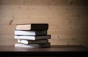 pila di libri sul tavolo di legno foto