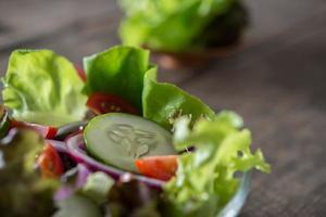 primo piano di insalata di verdure fresche foto