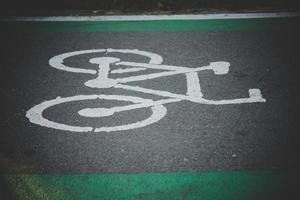 indicare il simbolo sulla strada cementata per le biciclette