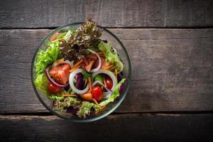 insalata di verdure fresche su fondo in legno