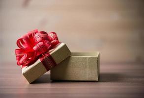 piccola confezione regalo su fondo in legno foto