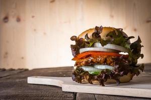 hamburger di pollo fatto in casa con lattuga, pomodoro e cipolla