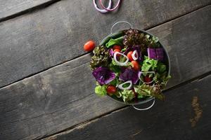 insalata di verdure fresche con fondo in legno vecchio rustico foto