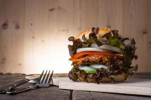 hamburger di pollo fatto in casa con lattuga, pomodoro e cipolla foto