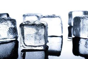 primo piano di cubetti di ghiaccio bagnati su sfondo minimo
