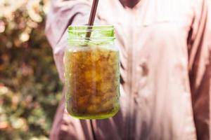 primo piano di una soda in un barattolo di vetro