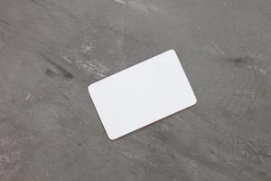 carta di nome su uno sfondo grigio foto
