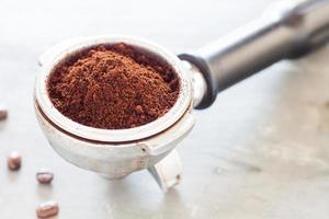 primo piano di un macinino da caffè