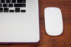 primo piano di un laptop e un mouse