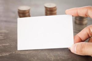 primo piano di una mano che tiene una scheda in bianco foto