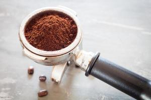 macinino da caffè con chicchi di caffè su un tavolo
