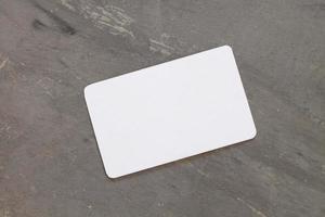 biglietto da visita su uno sfondo grigio foto