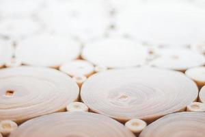 primo piano di una superficie fatta di tronchi d'albero