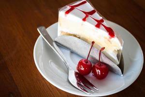 primo piano di una torta con salsa di ciliegie