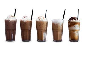 cinque diversi tipi di caffè freddo su uno sfondo bianco