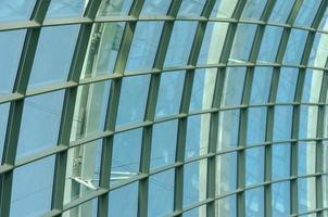 struttura del tetto in vetro durante il giorno foto