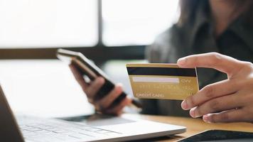 primo piano della mano di un uomo utilizzando un pagamento con uno smart phone