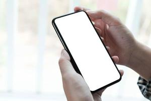 donna che tiene uno smart phone schermo vuoto