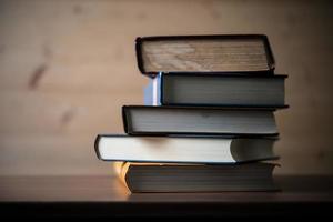 pila di libri sul tavolo di legno